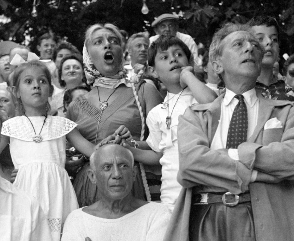В один из моментов корриды все трое детей Пикассо положили руки на голову отца. Справа - Жан Кокто.