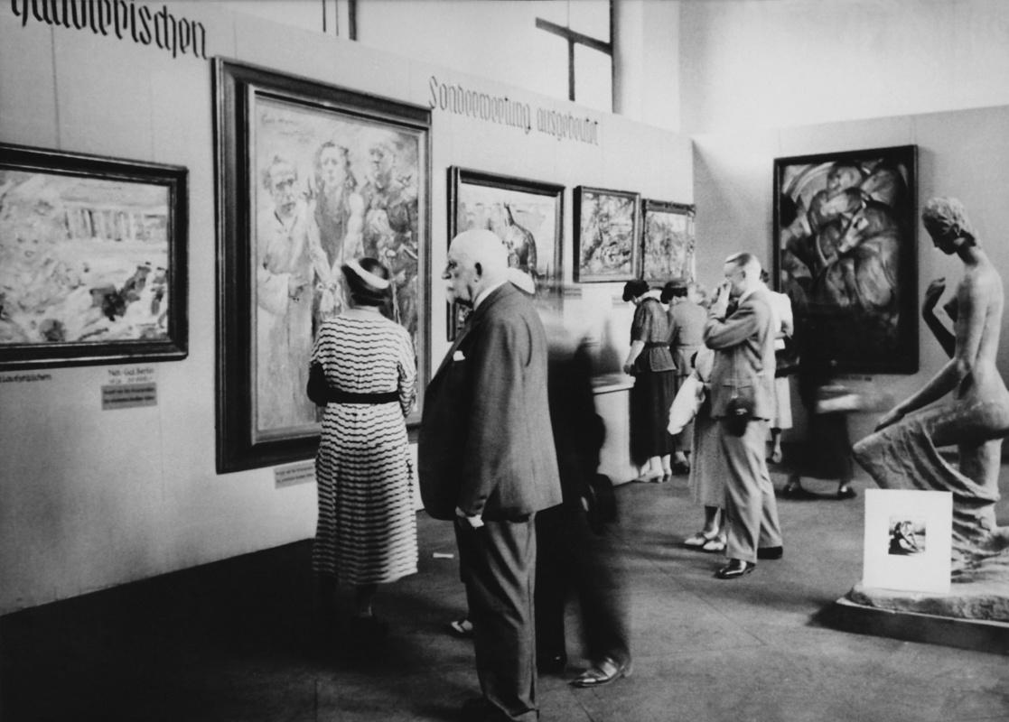 Картины Ловиса Коринта «Ecce homo» и Франца Марка «Башня синих лошадей» в залах Археологического института,1937