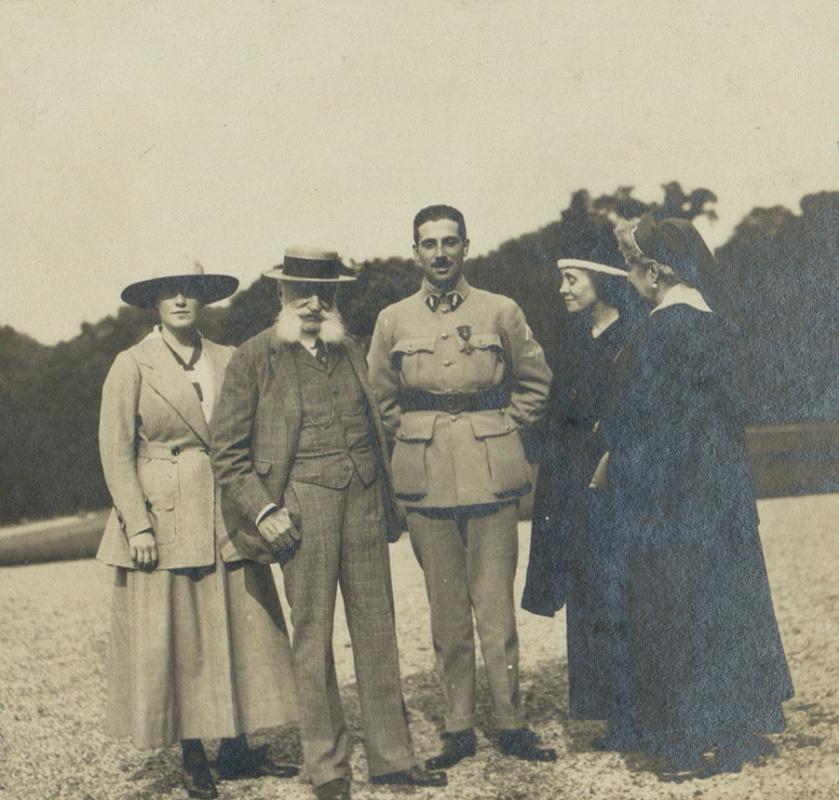 Беатрис и Ниссим де Камондо со своей матерью, а также дедушкой и бабушкой Каэн д'Анвер в 1916 году
