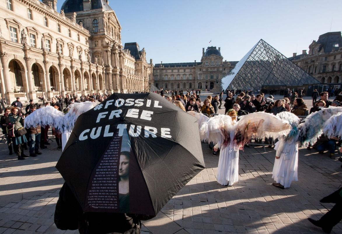 Ангелы и зонтики: акция протеста возле Лувра, похожая на перформанс