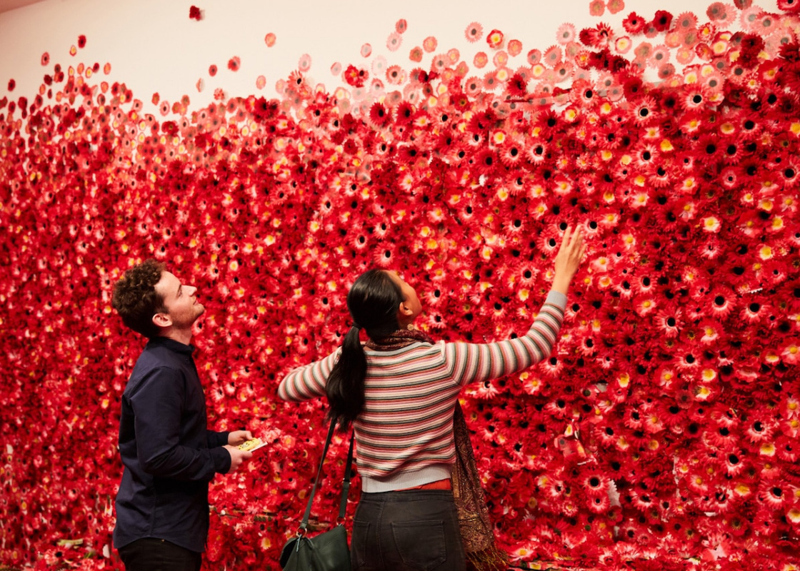 """Самая дешевая картина в мире, цветы Яёи Кусамы, шок в музее и новая роль """"деревни подделок"""""""