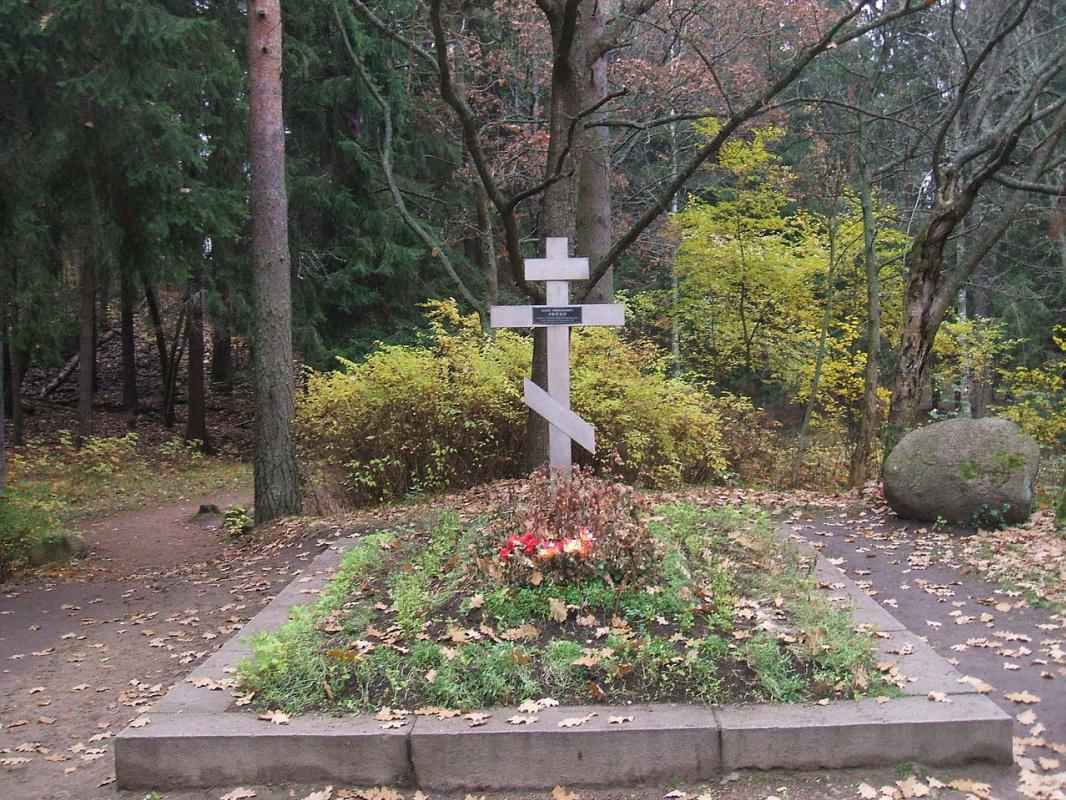 Могила Ильи Репина в Пенатах (вид после 1994 года).