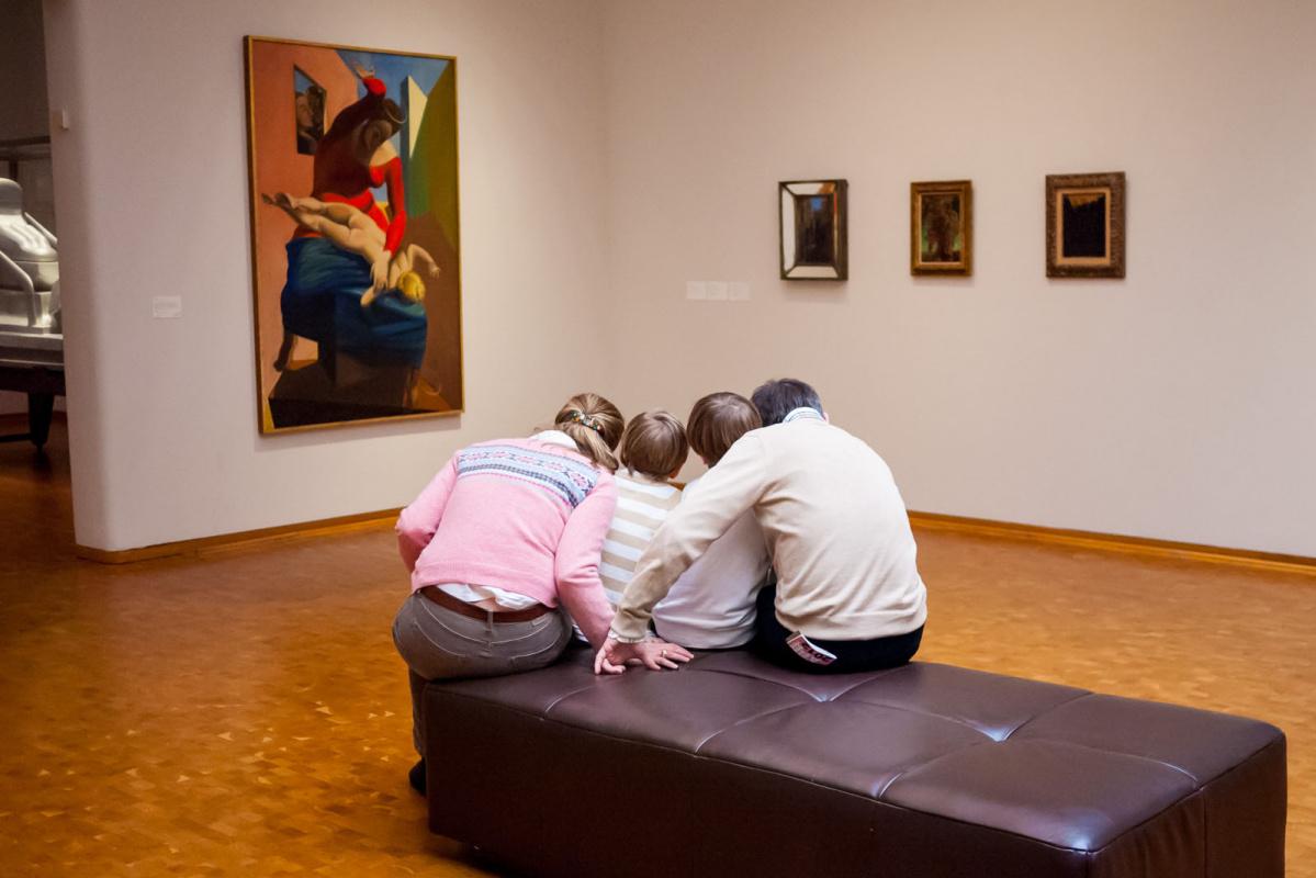 Голландский фотограф подглядывает за посетителями в музеях