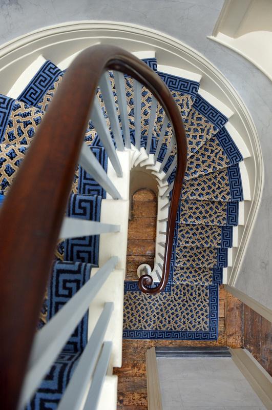 Лестница, ведущая на второй этаж.