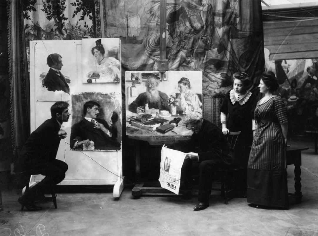 Корней Чуковский рядом со своим портретом в усадьбе Репина. Вторая справа - Наталья Нордман. Фото Ка