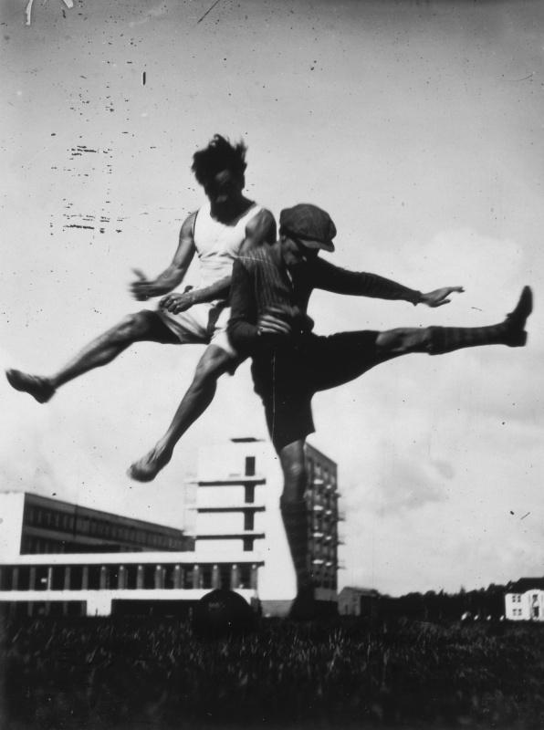 Прыжок над Баухаузом. Фото: Люкс Фейнингер, 1926