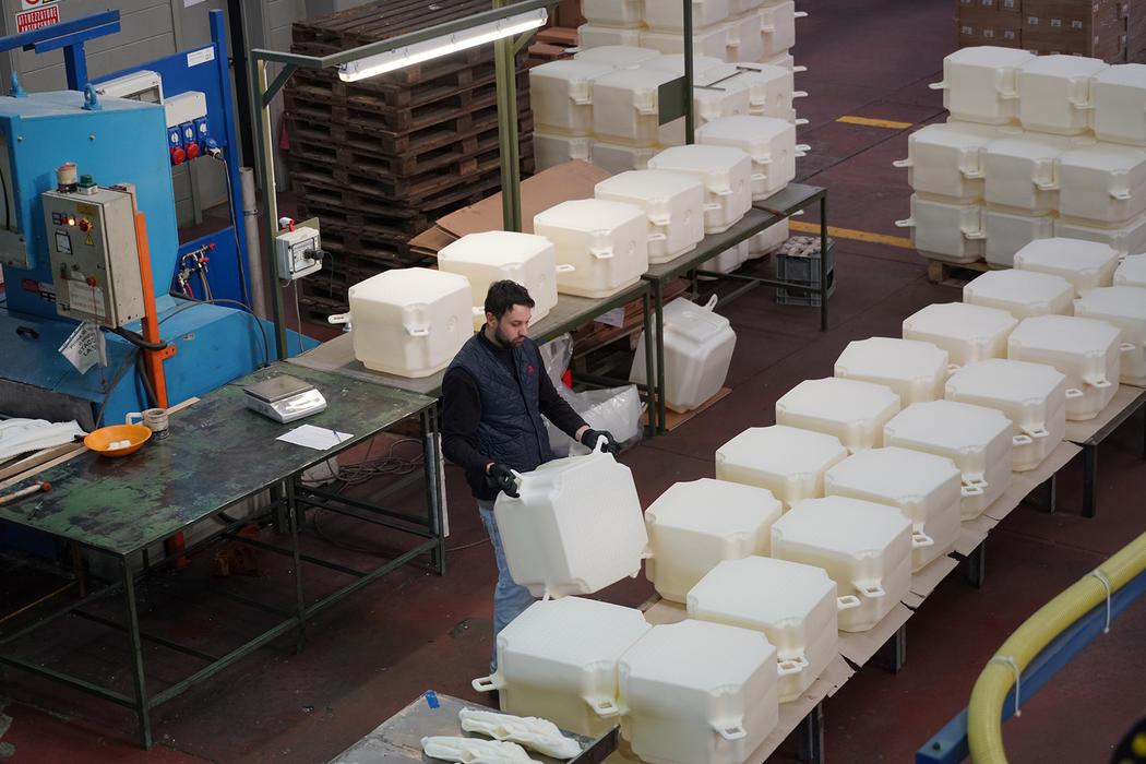 4 разных компаний на севере Италии занимались производством 220 000 кубов из полиэтилена. Фото: Wol