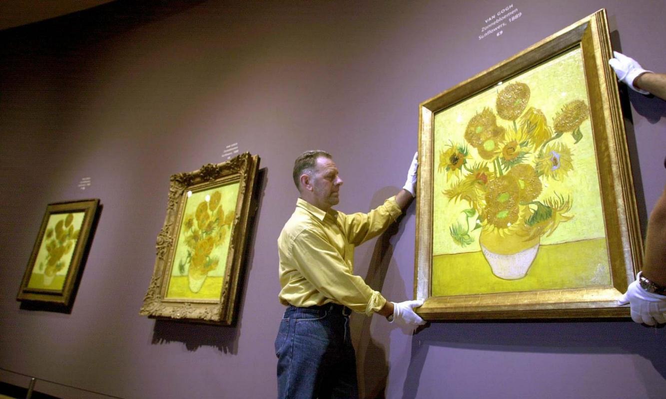 «Подсолнухи» Ван Гога увядают. Жёлтый цвет становится коричневым