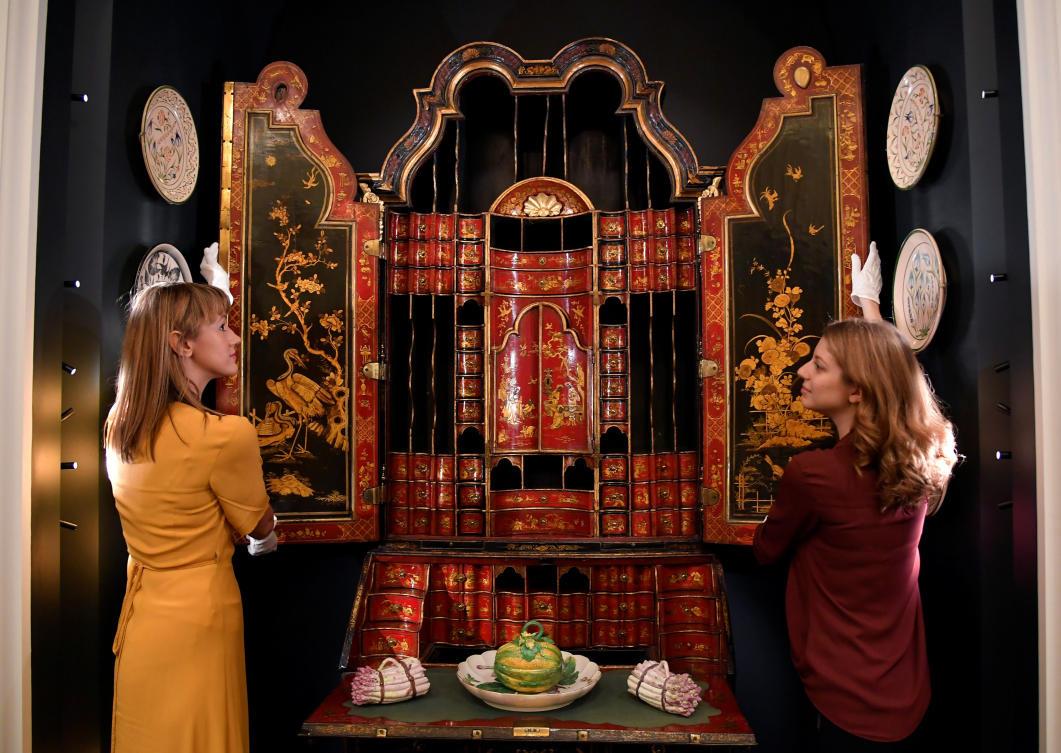 В Букингемском дворце выставили семейные портреты из коллекции принца Уэльского