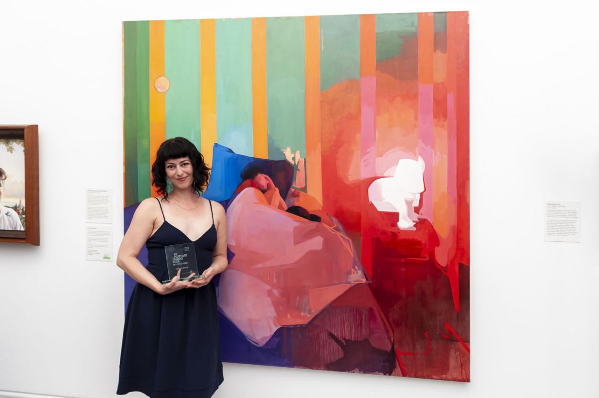 Фелисия Форте на фоне своей картины «Путешественник во времени. Мэтью Нэппинг» (II премия). Фото:cr