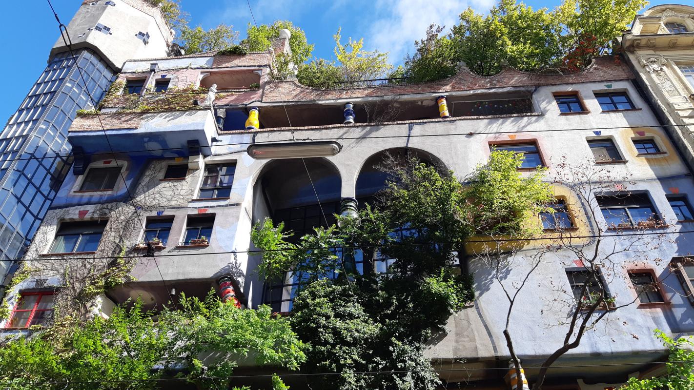 Дом Хундертвассера исувенирный магазин напротив. Незабывайте иохудожественной галерее сработами