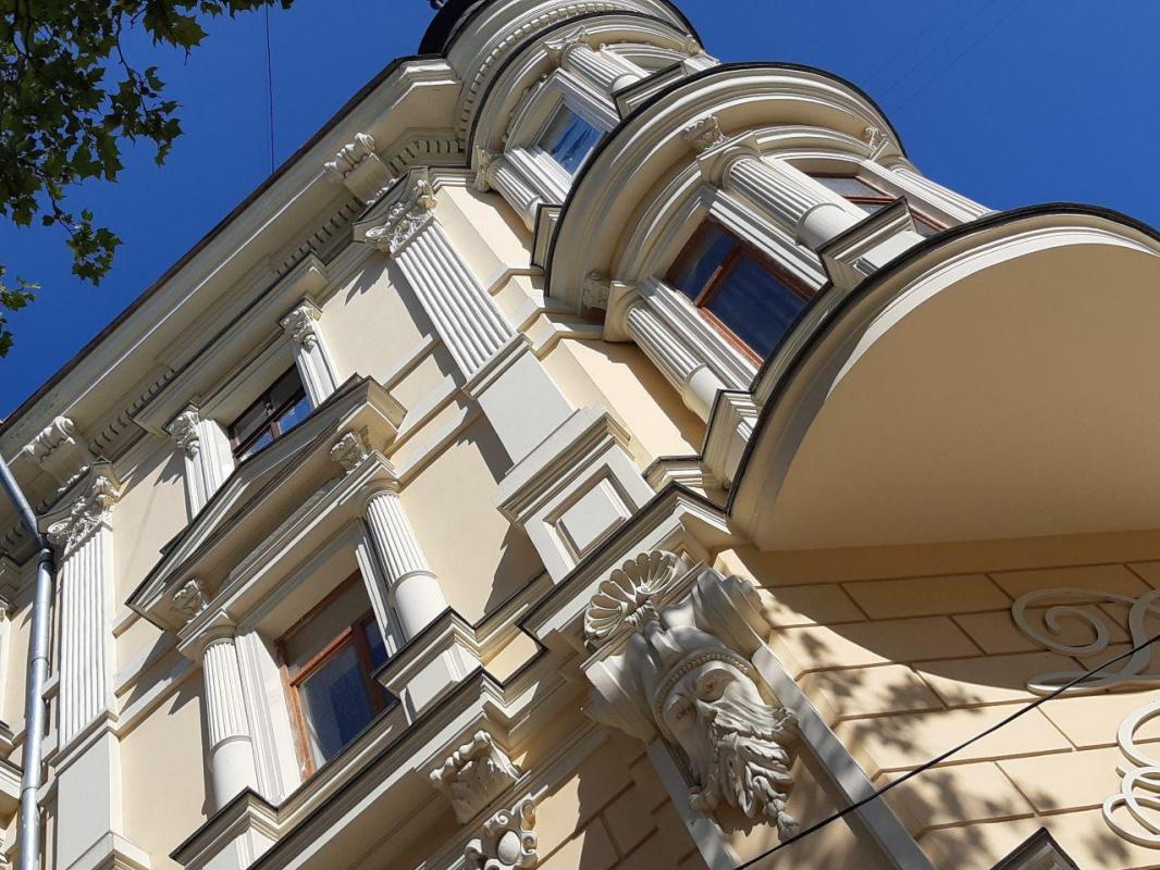 Современный памятник Исааку Бабелю вОдессе исохранившийся отреставрированный доходный дом началаХ