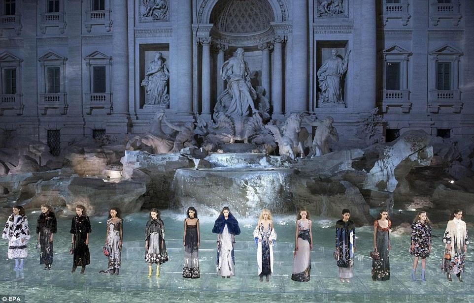 Fendi провел модный показ, а туристы платят штрафы за купание в фонтане Треви