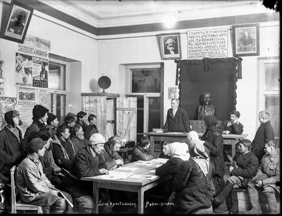 Historical photos. Speech by an agitator in a red corner of a hotel in Galich in front of peasants who came to fairs and a bazaar, 1926