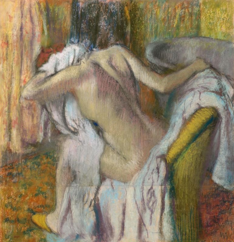После ванны. Женщина вытирается