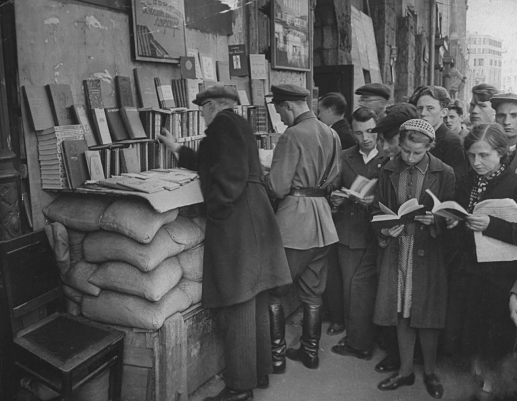 Historical photos. Book advertising in Moscow in the summer of 1941
