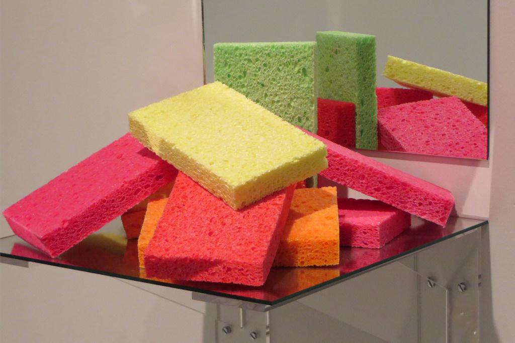 Jeff Koons. Shelf: a mountain of sponges