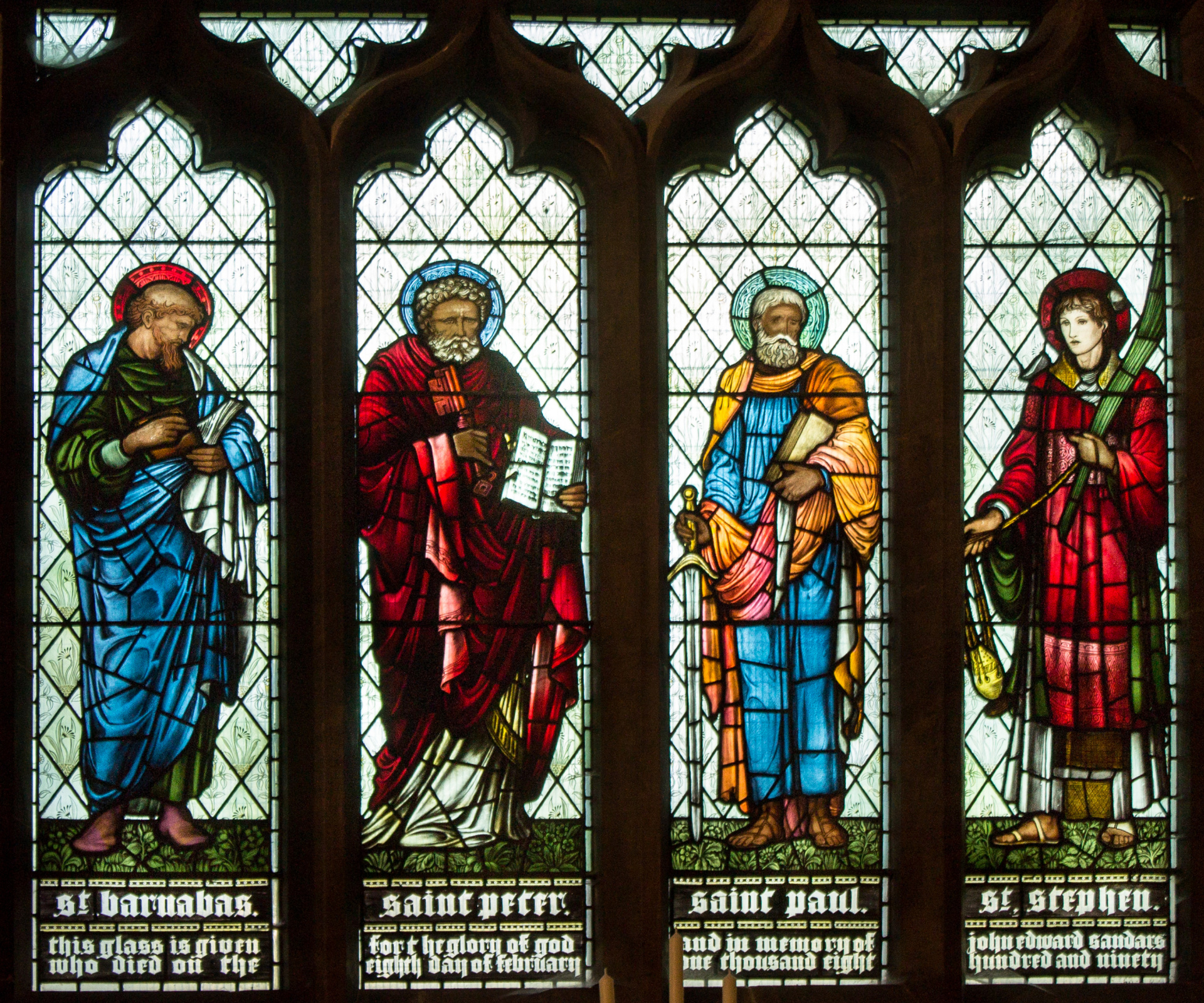 William Morris.  Saints Barnabas, Pierre, Paul et Étienne.  Vitrail de l'église Saint-Pierre de Doddington (co-auteur avec Edward Burne-Jones)