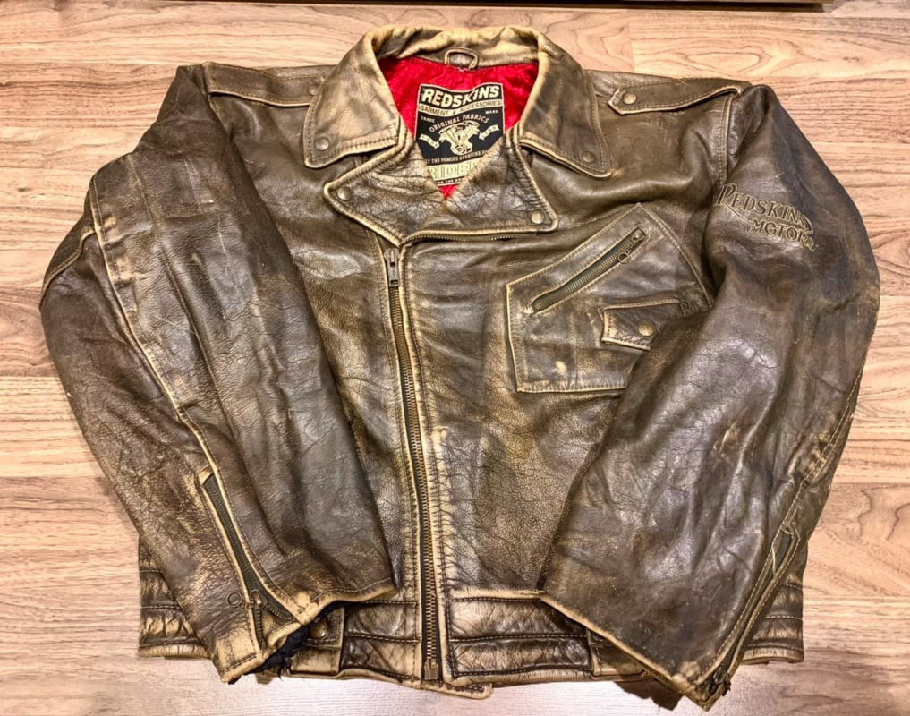 Evanesce Livia. Long leather sleeve.