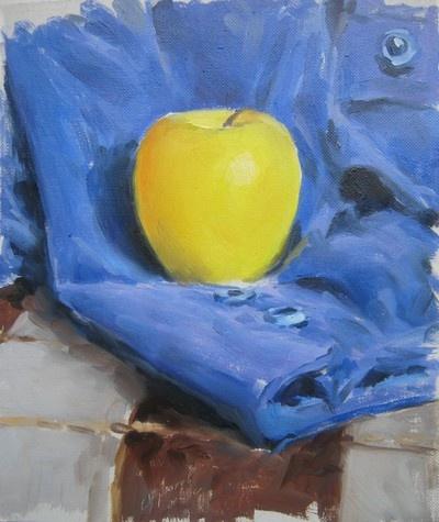 Яблоко на синем фоне