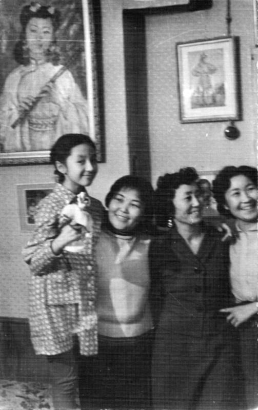 Надежда Николаевна Рушева. Надя Рушева (слева) и мама Наталья Ажикмаа (третья слева)
