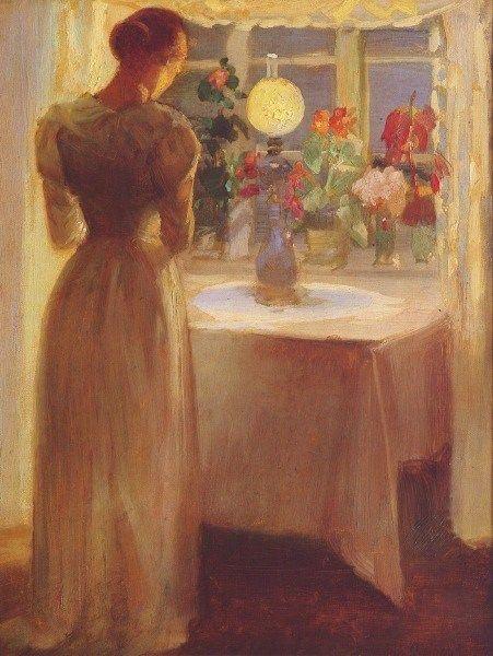 Молодая девушка перед зажженной лампой