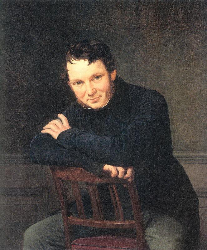 Молодой человек, сидящий на стуле
