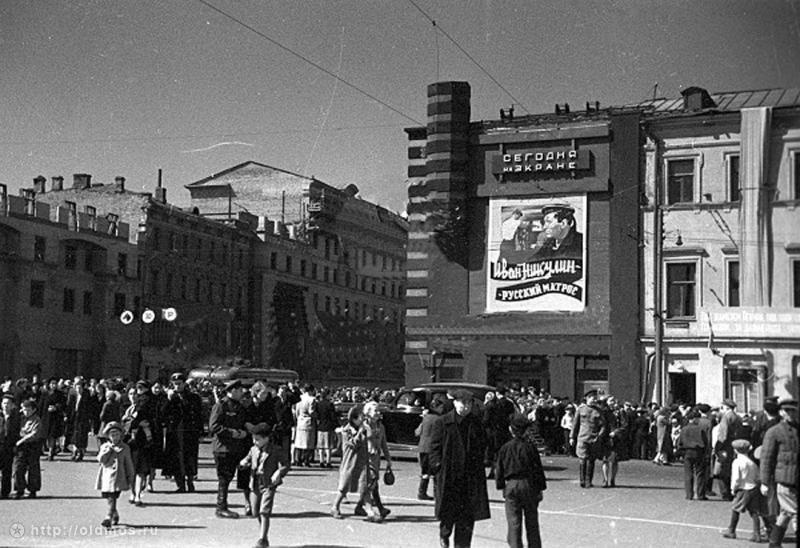 """Historical photos. Poster of the film """"Ivan Nikulin - Russian Sailor"""" (1944) in Moscow"""