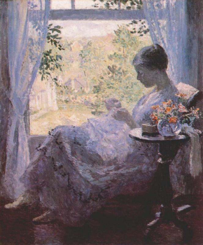 Молодая женщина шьет