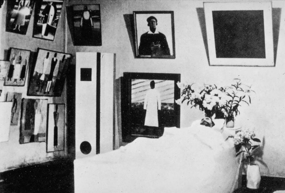 Мертвый Малевич в окружении своих работ, 1935 год. Слева вверху - автопортрет.