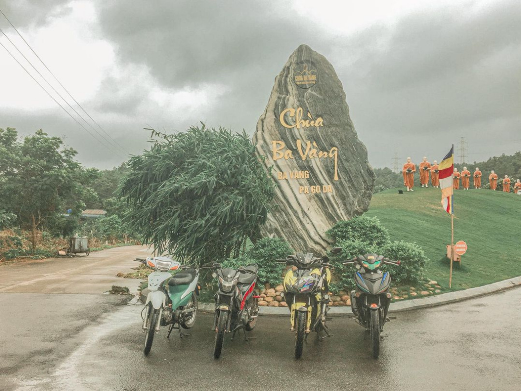 """Hồ Minh Anh. The beauty of the """" Ba Vàng """" pagoda gate in Vietnam."""