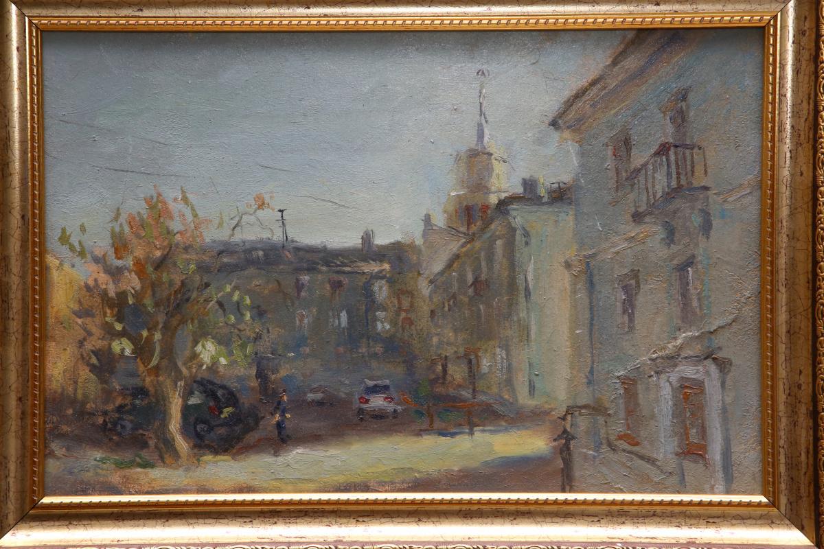 Вера Маруева. Дом со шпилем со двора