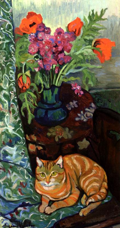 Кот, лежащий перед букетом цветов