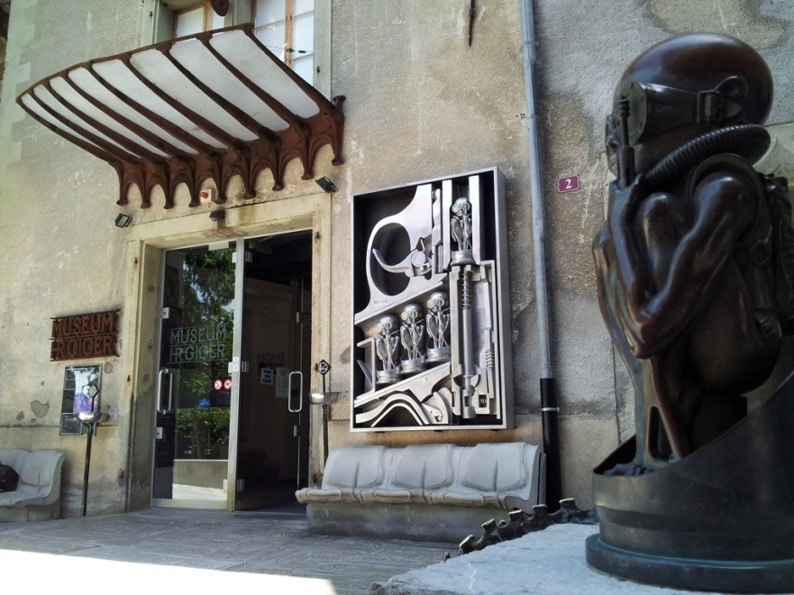 Ганс Рудольф Гигер. Вход в музей со скульптурами Гигера