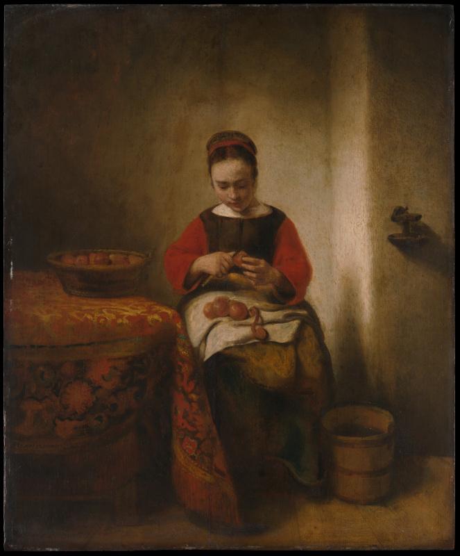 Молодая женщина чистит яблоки