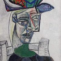 Женщина в шляпе, сидящая в кресле 3