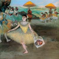 Балерина с букетом в поклоне