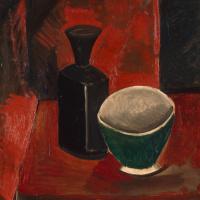 Зеленая миска и черная бутылка