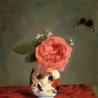 Роза и синие незабудки в вазе