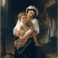 Молодая мать смотрит на ребенка