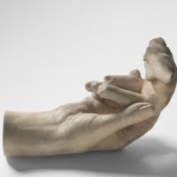 Рука Родена, держащая торс