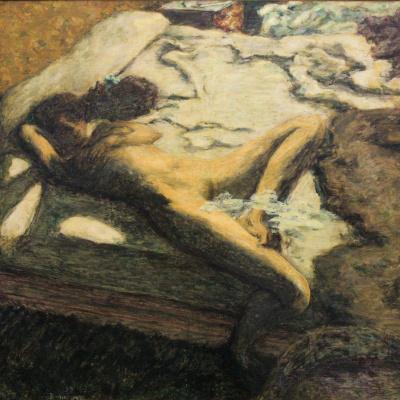 Женщина, дремлющая на кровати