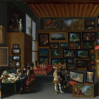 Комната увешана картинами