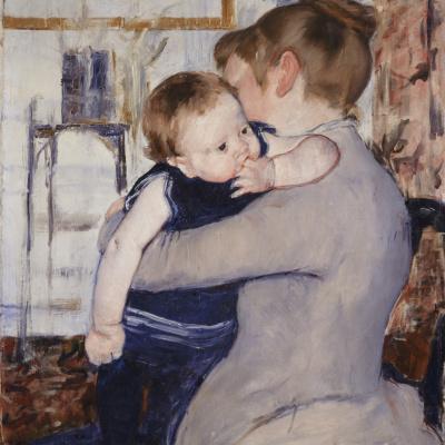 Ребёнок в синем костюме, глядящий через плечо матери