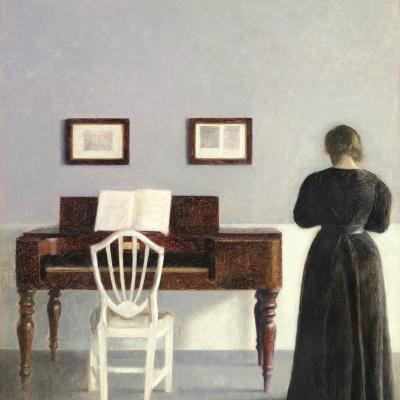 Интерьер с белым стулом у пианино