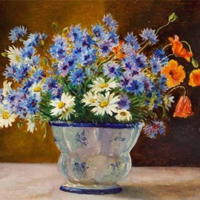 Васильки, ромашки. маки в голубой вазе