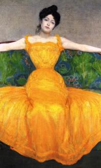 Женщина в желтом платье