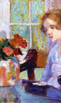 Девушка перед вазой с цветами